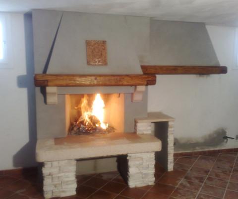 Bagno rustico in pietra e legno con caminetto legno e - Camini rustici in pietra e legno ...